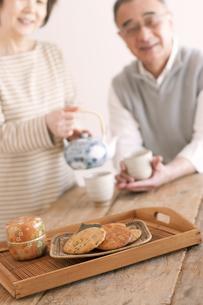 お茶をいれるシニア夫婦の写真素材 [FYI04546381]