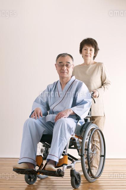 シニア夫婦の介護イメージの写真素材 [FYI04546382]