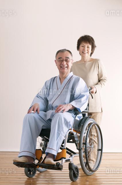 シニア夫婦の介護イメージの写真素材 [FYI04546385]
