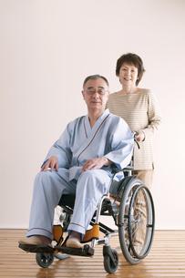 シニア夫婦の介護イメージの写真素材 [FYI04546386]