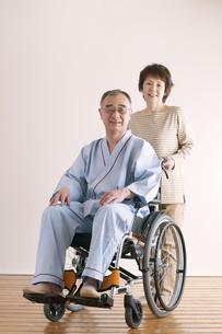 シニア夫婦の介護イメージの写真素材 [FYI04546387]