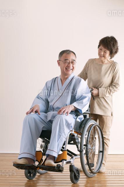 シニア夫婦の介護イメージの写真素材 [FYI04546388]