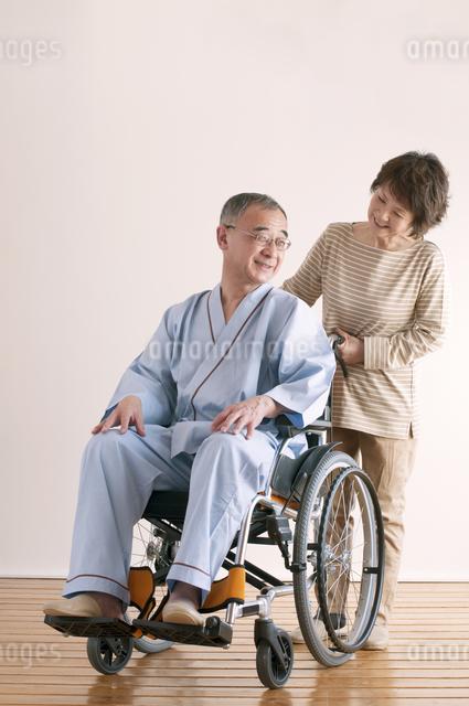 シニア夫婦の介護イメージの写真素材 [FYI04546389]