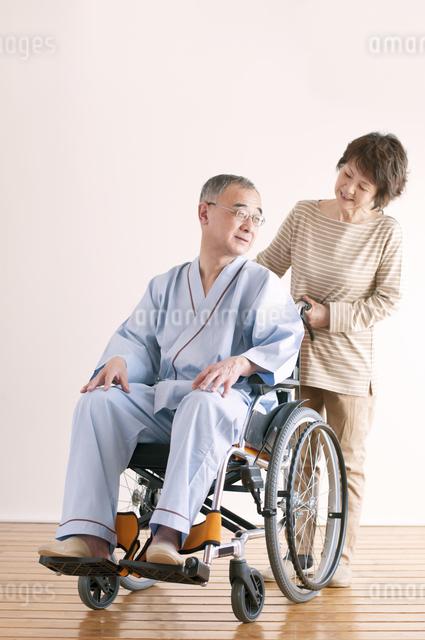 シニア夫婦の介護イメージの写真素材 [FYI04546390]