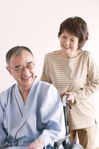 シニア夫婦の介護イメージの写真素材 [FYI04546391]