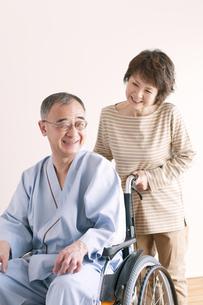 シニア夫婦の介護イメージの写真素材 [FYI04546392]