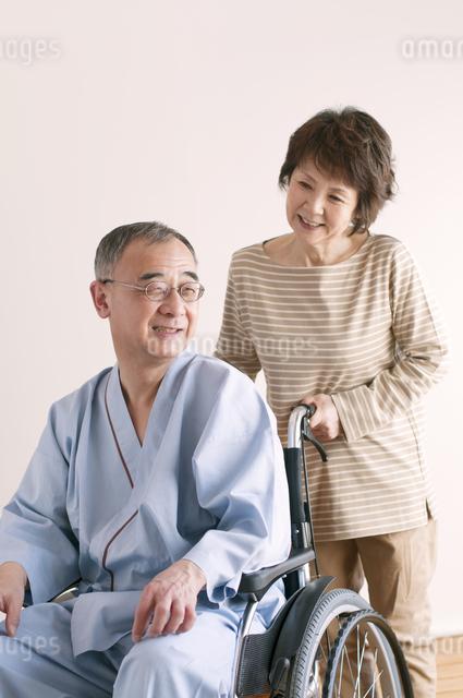 シニア夫婦の介護イメージの写真素材 [FYI04546393]