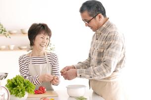 料理をするシニア夫婦の写真素材 [FYI04546406]