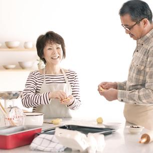パン作りをするシニア夫婦の写真素材 [FYI04546418]