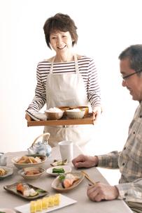 朝食を運ぶシニア女性の写真素材 [FYI04546419]