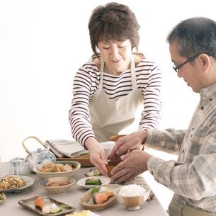 味噌汁を手渡すシニア女性の写真素材 [FYI04546422]