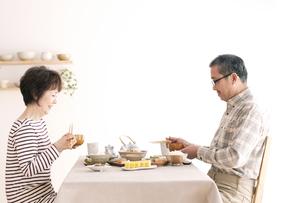 朝食を食べるシニア夫婦の写真素材 [FYI04546425]