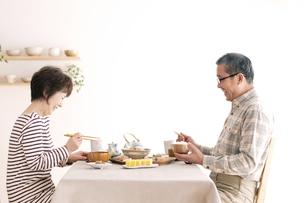 朝食を食べるシニア夫婦の写真素材 [FYI04546427]
