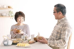 朝食を食べるシニア夫婦の写真素材 [FYI04546429]