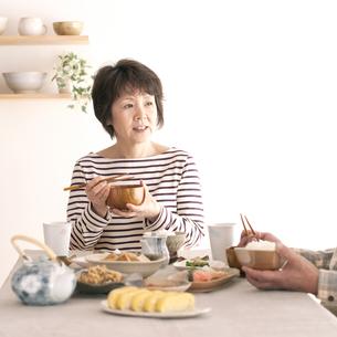 朝食を食べるシニア女性の写真素材 [FYI04546432]