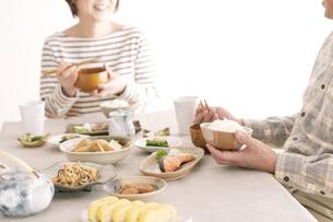 朝食を食べるシニア夫婦の写真素材 [FYI04546436]
