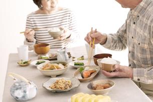 朝食を食べるシニア夫婦の写真素材 [FYI04546438]