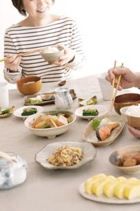 朝食を食べるシニア女性の写真素材 [FYI04546440]