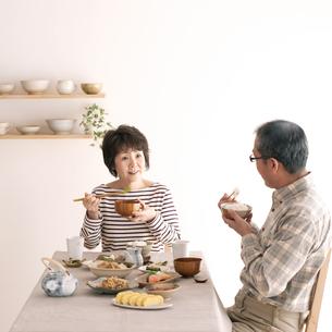 朝食を食べるシニア夫婦の写真素材 [FYI04546441]