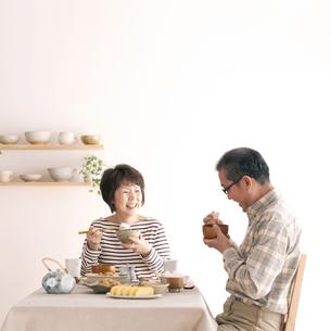 朝食を食べるシニア夫婦の写真素材 [FYI04546444]