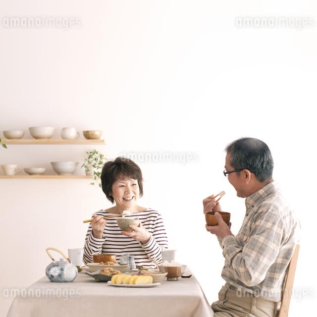 朝食を食べるシニア夫婦の写真素材 [FYI04546446]
