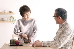 茶道を楽しむシニア夫婦の写真素材 [FYI04546457]