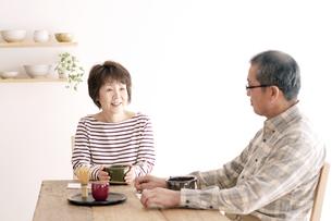 茶道を楽しむシニア夫婦の写真素材 [FYI04546466]