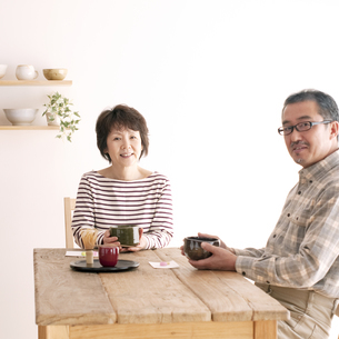 茶道を楽しむシニア夫婦の写真素材 [FYI04546469]