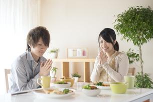 カップルの朝食風景の写真素材 [FYI04546543]