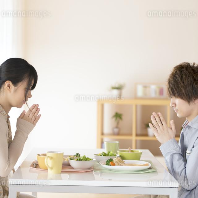 カップルの朝食風景の写真素材 [FYI04546586]