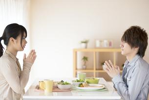 カップルの朝食風景の写真素材 [FYI04546589]