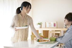 カップルの朝食風景の写真素材 [FYI04546594]