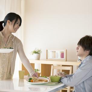 カップルの朝食風景の写真素材 [FYI04546597]