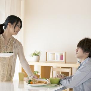 カップルの朝食風景の写真素材 [FYI04546599]