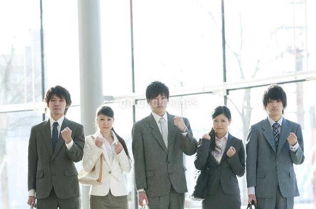 ガッツポーズをするビジネスマンとビジネスウーマンの写真素材 [FYI04546600]