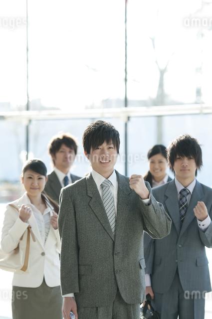 ガッツポーズをするビジネスマンとビジネスウーマンの写真素材 [FYI04546601]