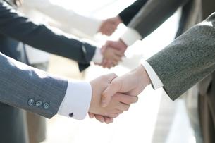 握手をするビジネスマンとビジネスウーマンの手元の写真素材 [FYI04546602]