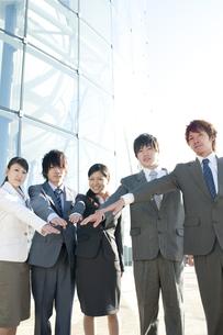 円陣を組むビジネスマンとビジネスウーマンの写真素材 [FYI04546607]