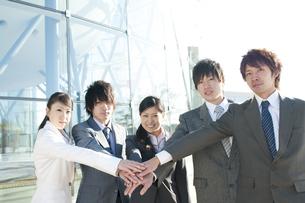 円陣を組むビジネスマンとビジネスウーマンの写真素材 [FYI04546609]