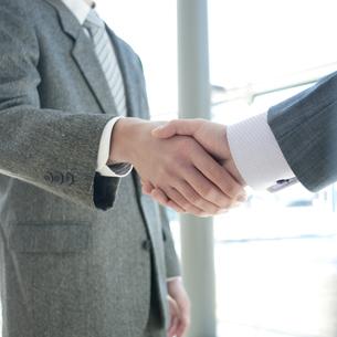 握手をするビジネスマンの手元の写真素材 [FYI04546610]