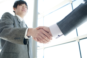握手をするビジネスマンの手元の写真素材 [FYI04546611]