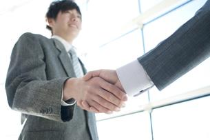 握手をするビジネスマンの手元の写真素材 [FYI04546613]