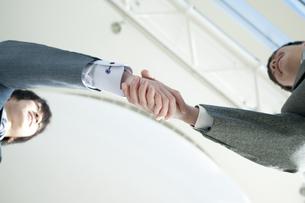 握手をするビジネスマンの手元の写真素材 [FYI04546618]