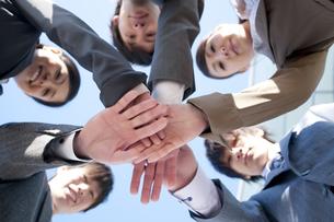 円陣を組むビジネスマンとビジネスウーマンの写真素材 [FYI04546620]