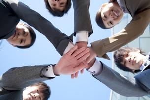 円陣を組むビジネスマンとビジネスウーマンの写真素材 [FYI04546625]