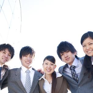 肩を組むビジネスマンとビジネスウーマンの写真素材 [FYI04546627]