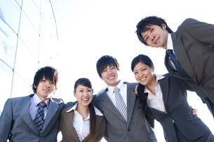 肩を組むビジネスマンとビジネスウーマンの写真素材 [FYI04546628]