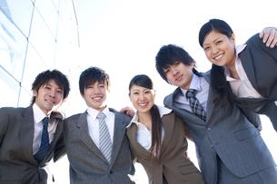 肩を組むビジネスマンとビジネスウーマンの写真素材 [FYI04546631]