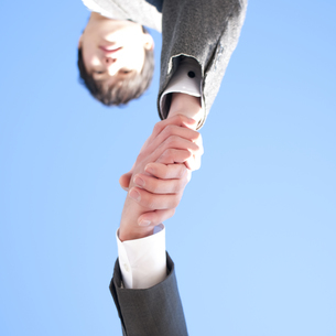 握手をするビジネスマンの手元の写真素材 [FYI04546632]