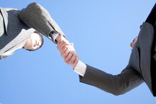 握手をするビジネスマンの手元の写真素材 [FYI04546634]